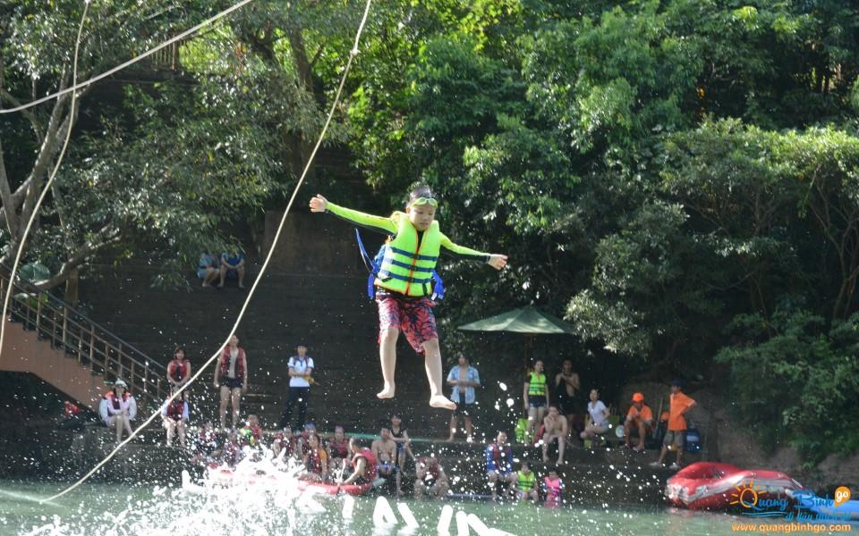 Đu dây zipline ngắn trên sông Chày, Phong Nha - Kẻ Bàng